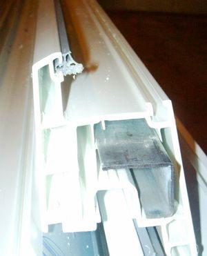 Вставляем металлопрофиль в пластиковый профиль